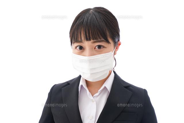 花粉症・風邪・インフルエンザに苦しみマスクをする若い女性の写真素材 [FYI04718078]