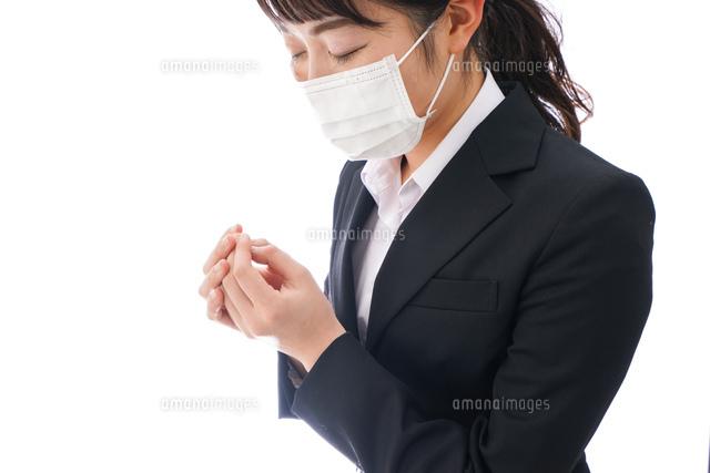 花粉症・風邪・インフルエンザに苦しみマスクをする若い女性の写真素材 [FYI04718079]