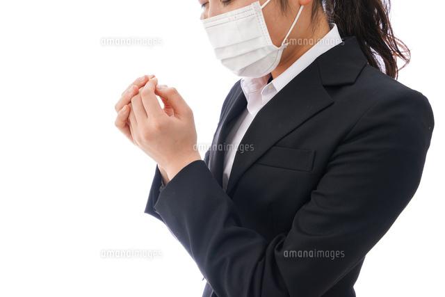 花粉症・風邪・インフルエンザに苦しみマスクをする若い女性の写真素材 [FYI04718080]