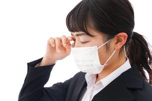 花粉症・風邪・インフルエンザに苦しみマスクをする若い女性の写真素材 [FYI04718081]