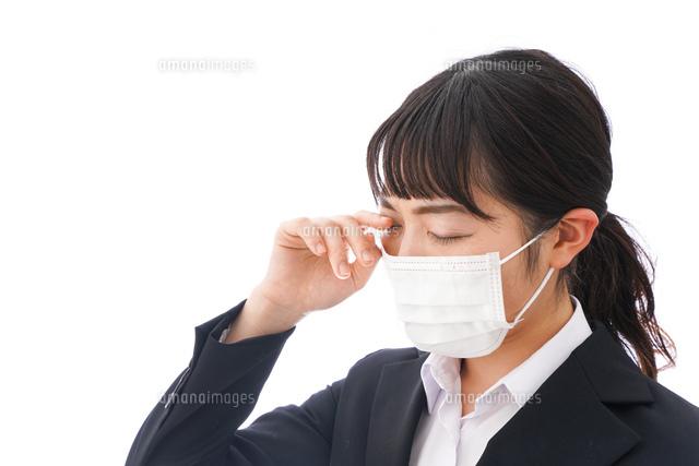 花粉症・風邪・インフルエンザに苦しみマスクをする若い女性の写真素材 [FYI04718082]
