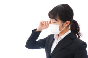 花粉症・風邪・インフルエンザに苦しみマスクをする若い女性の写真素材 [FYI04718083]