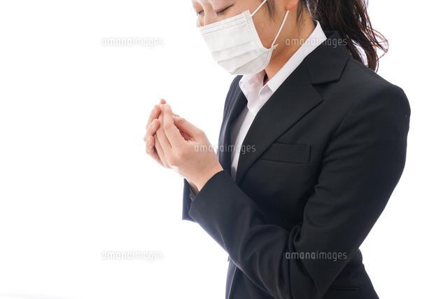 花粉症・風邪・インフルエンザに苦しみマスクをする若い女性の写真素材 [FYI04718084]