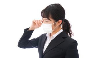 花粉症・風邪・インフルエンザに苦しみマスクをする若い女性の写真素材 [FYI04718085]