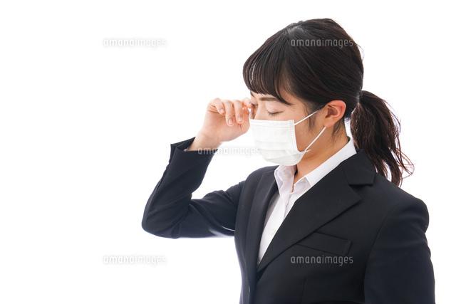 花粉症・風邪・インフルエンザに苦しみマスクをする若い女性の写真素材 [FYI04718086]