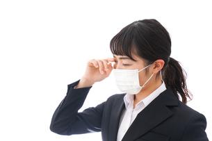 花粉症・風邪・インフルエンザに苦しみマスクをする若い女性の写真素材 [FYI04718087]