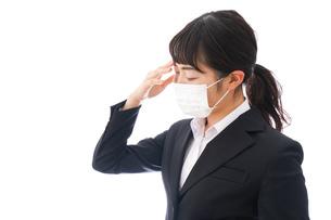 花粉症・風邪・インフルエンザに苦しみマスクをする若い女性の写真素材 [FYI04718089]