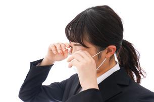 花粉症・風邪・インフルエンザに苦しみマスクをする若い女性の写真素材 [FYI04718090]