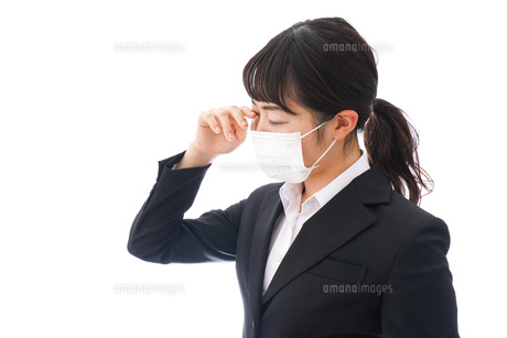花粉症・風邪・インフルエンザに苦しみマスクをする若い女性の写真素材 [FYI04718091]