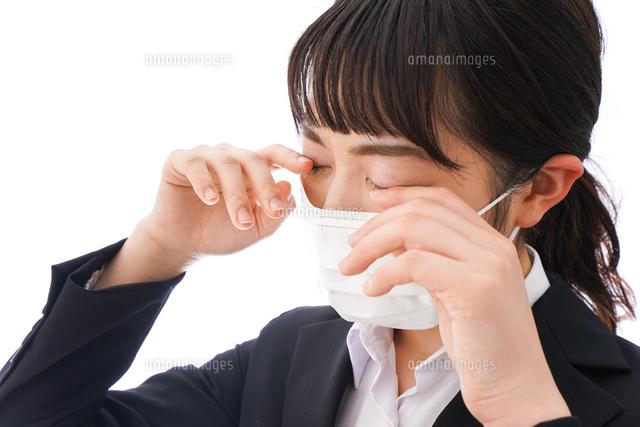 花粉症・風邪・インフルエンザに苦しみマスクをする若い女性の写真素材 [FYI04718092]