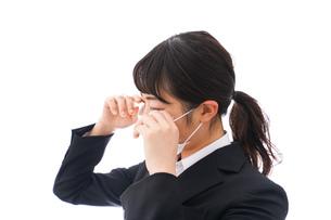 花粉症・風邪・インフルエンザに苦しみマスクをする若い女性の写真素材 [FYI04718093]