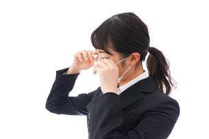 花粉症・風邪・インフルエンザに苦しみマスクをする若い女性の写真素材 [FYI04718095]