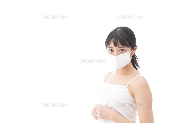 花粉症・風邪・インフルエンザに苦しみマスクをする若い女性の写真素材 [FYI04718123]