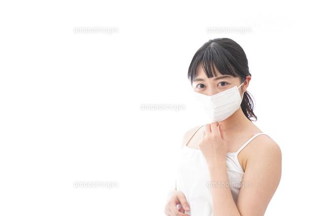 花粉症・風邪・インフルエンザに苦しみマスクをする若い女性の写真素材 [FYI04718124]