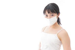 花粉症・風邪・インフルエンザに苦しみマスクをする若い女性の写真素材 [FYI04718129]