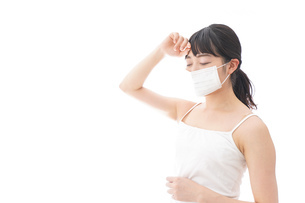 花粉症・風邪・インフルエンザに苦しみマスクをする若い女性の写真素材 [FYI04718130]