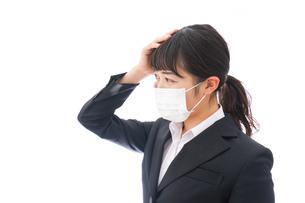 風邪をひいた若い女性の写真素材 [FYI04718131]