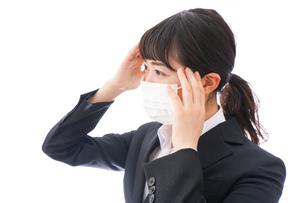 風邪をひいた若い女性の写真素材 [FYI04718139]