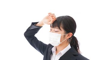 風邪をひいた若い女性の写真素材 [FYI04718142]