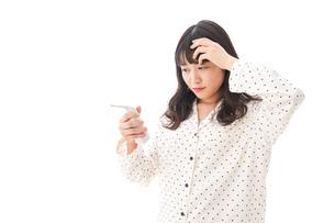 風邪をひいた若い女性の写真素材 [FYI04718144]