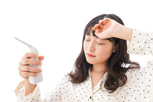 風邪をひいた若い女性の写真素材 [FYI04718146]