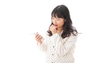 風邪をひいた若い女性の写真素材 [FYI04718151]