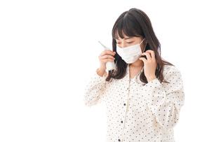 風邪をひいた若い女性の写真素材 [FYI04718154]