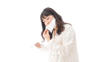 風邪をひいた若い女性の写真素材 [FYI04718155]