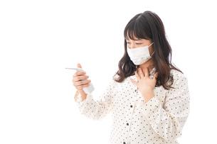 風邪をひいた若い女性の写真素材 [FYI04718156]