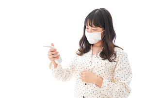 風邪をひいた若い女性の写真素材 [FYI04718157]