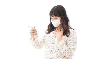 風邪をひいた若い女性の写真素材 [FYI04718158]