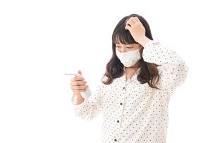 風邪をひいた若い女性の写真素材 [FYI04718159]