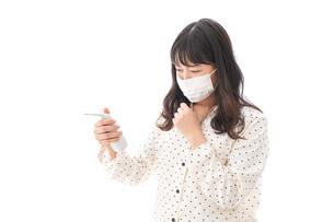 風邪をひいた若い女性の写真素材 [FYI04718160]