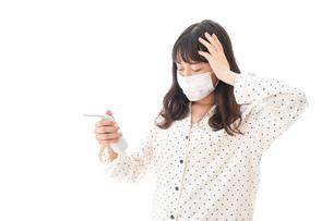 風邪をひいた若い女性の写真素材 [FYI04718162]