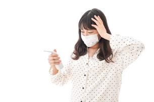 風邪をひいた若い女性の写真素材 [FYI04718163]
