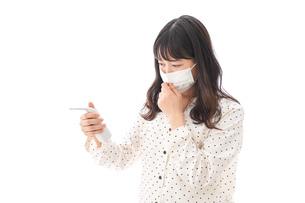 風邪をひいた若い女性の写真素材 [FYI04718174]