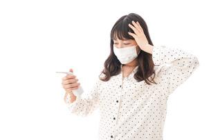風邪をひいた若い女性の写真素材 [FYI04718175]