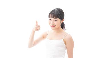 スキンケア・メイクをする若い女性の写真素材 [FYI04718243]