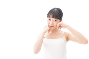 スキンケア・メイクをする若い女性の写真素材 [FYI04718253]