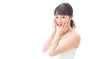 スキンケア・メイクをする若い女性の写真素材 [FYI04718256]