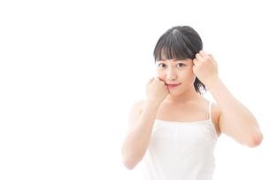 スキンケア・メイクをする若い女性の写真素材 [FYI04718264]