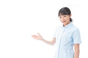 ナース服を着た若い笑顔の看護師の写真素材 [FYI04718281]
