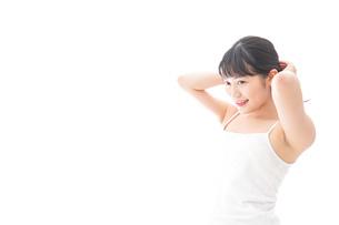 スキンケア・メイクをする若い女性の写真素材 [FYI04718283]