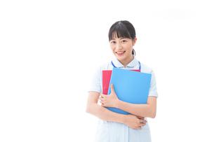 ナース服を着た若い笑顔の看護師の写真素材 [FYI04718287]