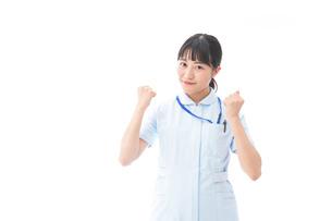ナース服を着た若い笑顔の看護師の写真素材 [FYI04718296]