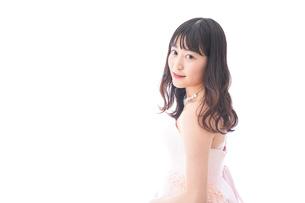 ピンクのドレスを着た花嫁の写真素材 [FYI04718304]