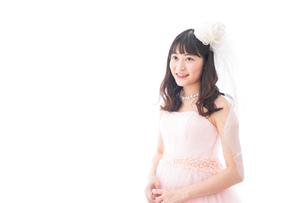 ピンクのドレスを着た花嫁の写真素材 [FYI04718319]