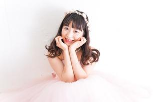 ピンクのドレスを着た花嫁の写真素材 [FYI04718331]