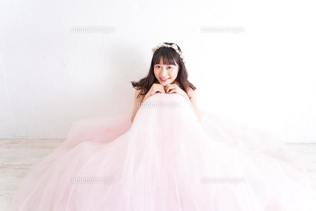 ピンクのドレスを着た花嫁の写真素材 [FYI04718334]