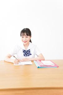 笑顔で勉強をする若い学生の写真素材 [FYI04718339]